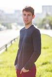 Adolescente maschio bello in camicia grigia all'aperto fotografia stock libera da diritti