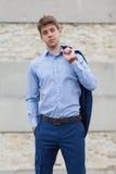 Adolescente maschio bello in vestito blu fotografie stock
