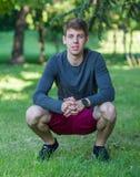 Adolescente maschio felice in camicia grigia all'aperto Immagine Stock