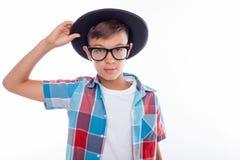 Adolescente masculino alegre con gafas y el sombrero Fotografía de archivo libre de regalías