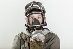 Adolescente masculino con la cara cubierta por el respirador Imagenes de archivo