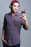 Adolescente masculino con los auriculares en el estudio el concepto de musi Fotografía de archivo