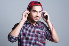 Adolescente masculino con los auriculares en el estudio el concepto de musi Imagen de archivo
