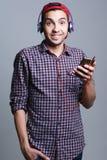 Adolescente masculino con los auriculares en el estudio el concepto de musi Imagenes de archivo