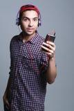 Adolescente masculino con los auriculares en el estudio el concepto de musi Fotos de archivo libres de regalías