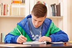 Adolescente masculino concentrado haciendo la preparación Imagenes de archivo