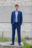 Adolescente masculino confiado del negocio en traje azul Foto de archivo