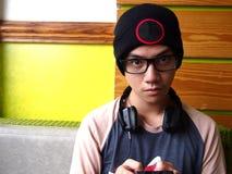 Adolescente masculino de la cadera que usa un smartphone Fotos de archivo
