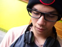Adolescente masculino de la cadera que usa un smartphone Imagenes de archivo