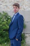 Adolescente masculino feliz del negocio en traje azul Fotografía de archivo