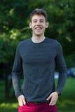 Adolescente masculino feliz na camisa cinzenta fora Imagem de Stock