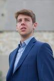 Adolescente masculino hermoso en traje azul Fotografía de archivo libre de regalías