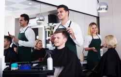 Adolescente masculino positivo de la porción del hairstyler Fotos de archivo libres de regalías