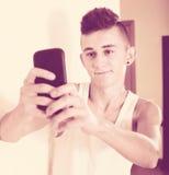Adolescente masculino que clava el selfie con tachuelas Fotos de archivo