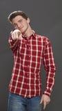 Adolescente masculino que señala el finger para denunciar alguien para la culpa Imagen de archivo libre de regalías