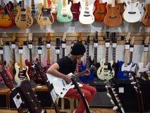 Adolescente masculino que toca la guitarra Fotografía de archivo