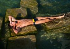 Adolescente masculino que toma el sol Fotografía de archivo libre de regalías