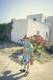 Adolescente masculino que viene de la playa Imagen de archivo libre de regalías