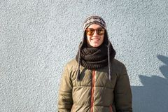 Adolescente masculino sonriente en ropa caliente al aire libre Imagenes de archivo