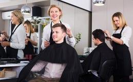 Adolescente mayor de la porción del peluquero Imagenes de archivo