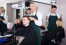 Adolescente mayor de la porción del peluquero Fotos de archivo