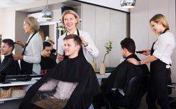 Adolescente mayor de la porción del peluquero Imágenes de archivo libres de regalías