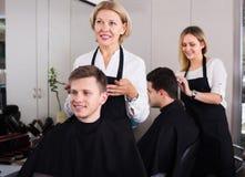 Adolescente mayor de la porción del peluquero Foto de archivo libre de regalías