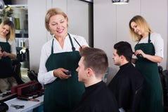 Adolescente mayor de la porción del peluquero Imagen de archivo libre de regalías