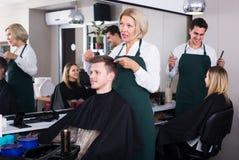 Adolescente mayor de la porción del peluquero Fotografía de archivo libre de regalías