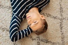 Adolescente meditativo que miente en el piso y el pensamiento Fotos de archivo libres de regalías
