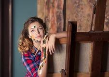 A adolescente-menina bonita agradável está estudando no arte-estúdio imagens de stock royalty free