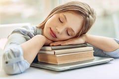 Adolescente menudo que toma siesta en los libros Fotografía de archivo libre de regalías