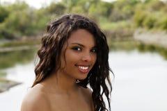 Adolescente mezclado hermoso del retrato desnudo al aire libre del hombro Foto de archivo