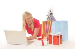 Adolescente mientras que en línea-compras Foto de archivo libre de regalías
