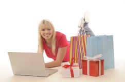 Adolescente mientras que en línea-compras Fotos de archivo libres de regalías