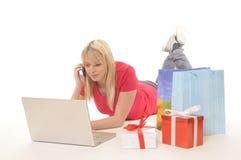 Adolescente mientras que en línea-compras Fotografía de archivo libre de regalías