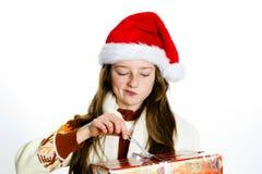 Adolescente mignonne dans le chapeau rouge de Santa avec le boîte-cadeau photographie stock libre de droits