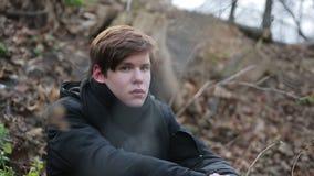 Adolescente misero da solo dietro il cavo della sbavatura, figlio in affidamento preadottivo solo che guarda in camera archivi video