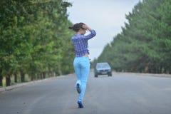 Adolescente modelo asiático joven en un estilo del hippie que presenta en la autopista sin peaje Foto de archivo libre de regalías