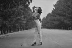 Adolescente modelo asiático joven en un estilo del hippie que presenta en la autopista sin peaje foto Negro-blanca Foto de archivo