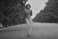 Adolescente modelo asiático joven en un estilo del hippie que presenta en la autopista sin peaje foto Negro-blanca Fotografía de archivo