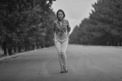 Adolescente modelo asiático joven en un estilo del hippie que presenta en la autopista sin peaje foto Negro-blanca Fotos de archivo libres de regalías