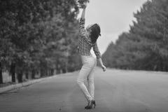 Adolescente modelo asiático joven en un estilo del hippie que presenta en la autopista sin peaje foto Negro-blanca Imagen de archivo