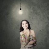 Adolescente moderno atractivo debajo de la lámpara Fotografía de archivo libre de regalías