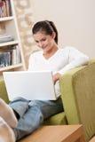 adolescente moderno degli allievi del salotto del computer portatile Fotografia Stock