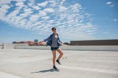 Adolescente moderno en gafas de sol sin preocupaciones Fotografía de archivo