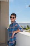 Adolescente moderno en las gafas de sol que esperan en estructura del estacionamiento Fotografía de archivo libre de regalías