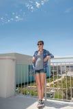 Adolescente moderno en las gafas de sol que se relajan en segunda planta Fotos de archivo