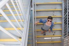 Adolescente moderno en las gafas de sol que van abajo de escalera Imagenes de archivo