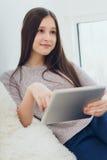 Adolescente moderno que usa la PC de la tableta Imagen de archivo libre de regalías